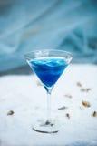 Голубое холодное освежая питье коктеиля лета с льдом в стекле Стоковое Фото