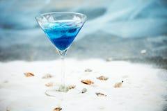 Голубое холодное освежая питье коктеиля лета с льдом в стекле Стоковые Фотографии RF