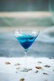 Голубое холодное освежая питье коктеиля лета с льдом в стекле Стоковые Фото