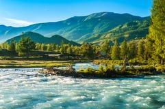 Голубое широкое река пропуская перед домом в горах Стоковая Фотография