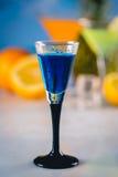 Голубое экзотическое питье на пляже с ладонями в предпосылке Стоковое Изображение RF
