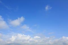 голубое яркое небо облаков Стоковые Изображения