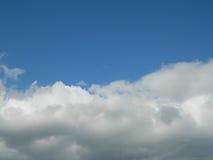 голубое яркое небо Стоковые Изображения