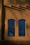 2 голубое Windows Adobe огораживают Санта-Фе Неш-Мексико Стоковое Изображение