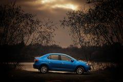 Голубой автомобиль на темной предпосылке Стоковая Фотография
