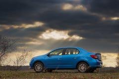 Голубой автомобиль на темной предпосылке Стоковые Изображения