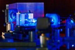 Голубой лазер в лаборатории оптики суммы стоковые изображения rf