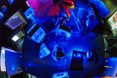 Голубой лазер в лаборатории оптики суммы стоковое фото rf