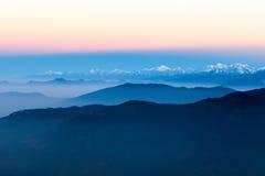 Голубой ландшафт гор рано утром внутри Стоковые Изображения