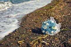 Голубой букет на скалистом пляже стоковое фото rf