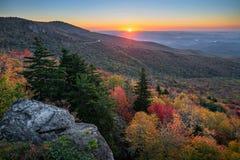 Голубой бульвар Риджа, сценарный восход солнца, Северная Каролина стоковое фото rf