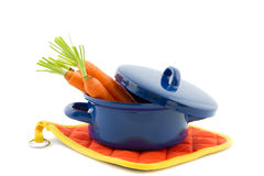 Голубой варя лоток заполненный с морковами Стоковые Изображения RF