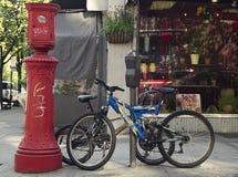 Голубой велосипед в городке Стоковые Изображения