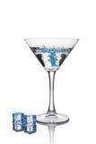 Голубой выплеск в стекле белого прозрачного спиртного питья коктеиля с кубом льда Стоковое Изображение