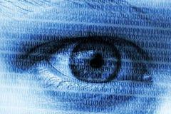 Голубой глаз при цифровые номера символизируя cybersecurit компьютеров стоковая фотография rf