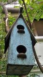Голубой деревянный вид дома птицы на дереве в саде Стоковая Фотография
