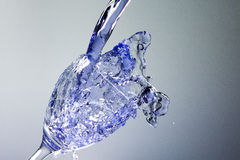 Голубой жидкостный puring внутри к стеклу Стоковое фото RF