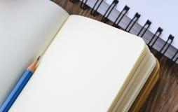 Голубой журнал карандаша пустая книга на деревянном в винтажном тоне Стоковые Изображения