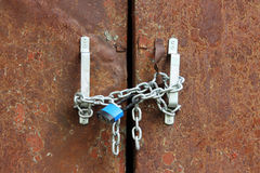 голубой замок на цепной ржавой станции трансформатора замков Стоковое Фото