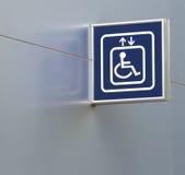 Голубой знак лифта гандикапа на металлической стене, крупном плане Стоковые Фотографии RF