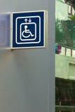 Голубой знак лифта гандикапа Стоковое фото RF