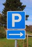 Голубой знак parkinglot с клавишей правой стрелки и небом в предпосылке Стоковые Изображения RF