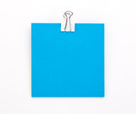 Голубой лист бумаги с зажимом белой бумаги на белой предпосылке Стоковое фото RF