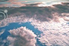 Голубой и белый конспект воздуха с солнечным светом Стоковая Фотография RF