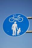Голубой и белый пешеход и задействуя знак Стоковая Фотография RF