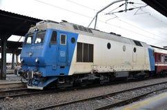 Голубой и белый тепловозный электрический локомотив: Бухарест Румыния стоковое фото rf