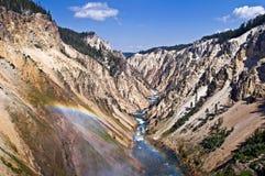 голубой каньон заволакивает грандиозное небо yellowstone национального парка горы ландшафта стоковое изображение