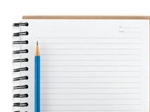 Голубой карандаш на пустом изоляте тетради Стоковое Изображение RF