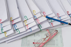 Голубой карандаш положил дальше стог бумаги и отчетов о перегрузки Стоковое Изображение RF