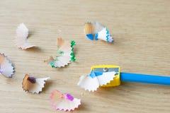 голубой карандаш цвета с заточником и shavings на деревянных животиках Стоковые Изображения RF