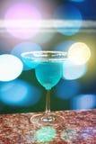 голубой коктеил Запачканные света bokeh Стоковая Фотография