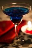 Голубой коктеил с красной свечой Стоковая Фотография