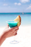 Голубой коктеиль Curacao в женской руке Стоковая Фотография