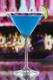 Голубой коктеиль Curacao в стекле Мартини в баре стоковая фотография