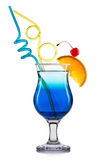 Голубой коктеиль curacao при известка и вишня изолированные на белой предпосылке Стоковое Изображение RF