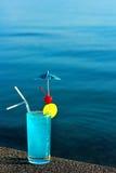 Голубой коктеиль logaoon на предпосылке воды стоковое фото