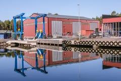 Голубой кран для поднимаясь шлюпок из воды Стоковая Фотография RF