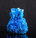 Голубой кристалл соли изолированный на черной предпосылке Стоковые Фотографии RF
