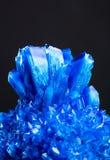 Голубой кристалл соли изолированный на черной предпосылке Стоковое фото RF