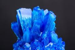 Голубой кристалл соли изолированный на черной предпосылке Стоковые Изображения