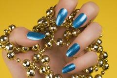 Голубой маникюр ногтей Стоковое Изображение