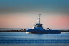 Голубой малый корабль гужа Стоковые Фото