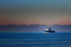 Голубой малый корабль гужа Стоковое Изображение