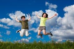 голубой мальчик eyes небо девушки фокуса скача сь мягко вниз Стоковая Фотография