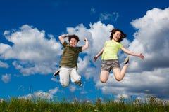 голубой мальчик eyes небо девушки фокуса скача сь мягко вниз Стоковое фото RF