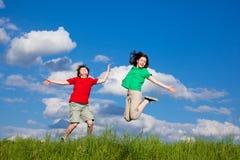 голубой мальчик eyes небо девушки фокуса скача сь мягко вниз Стоковые Изображения RF
